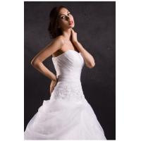 White ruffled heart neckline wedding dresses with long trains , tulle strapless wedding gowns Manufactures