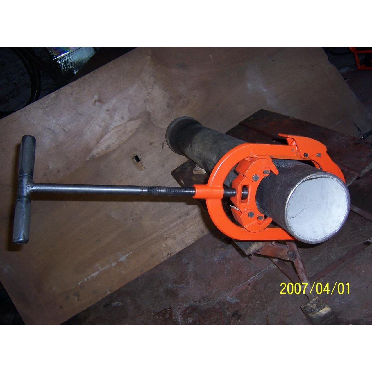 Articulated pipe cutter. Manufactures