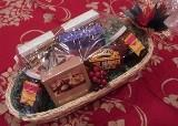China Gourmet Food Gifts Small Holiday Basket on sale